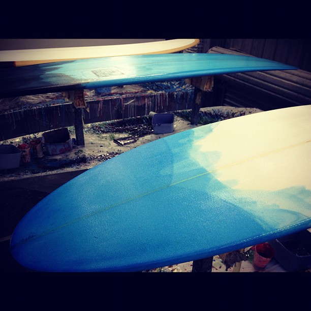 Its a #blueday @diversesurf and #modernvintage #customsurfboards in the #glassingbay with #resincolors